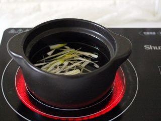手工肉丸萝卜丝煲,砂锅里加入适量清水、加入适量葱丝和姜丝