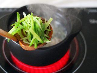 手工肉丸萝卜丝煲,加入焯过水的青萝卜丝、继续大火煮沸后