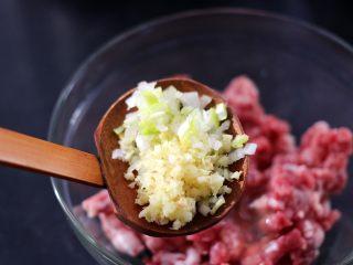 手工肉丸萝卜丝煲,加入切碎末的葱姜