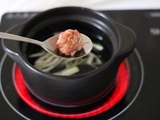 手工肉丸萝卜丝煲,打开锅盖加入做好的肉丸