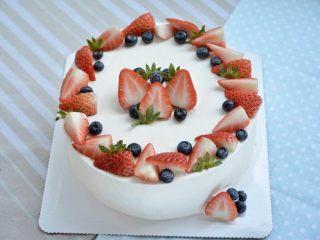 草莓蛋糕,加入切好的草莓和蓝莓装饰
