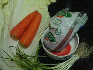 春节吉祥菜——花开富贵百财牛肉卷,所有的食材都准备好,蔬菜清洗干净,胡萝卜切成小颗粒,葱切花