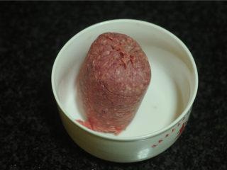 春节吉祥菜——花开富贵百财牛肉卷,科尔沁牛肉馅去掉包装,放入碗里