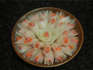 春节吉祥菜——花开富贵百财牛肉卷,将做好的花瓣摆在盘子里,整理好造型