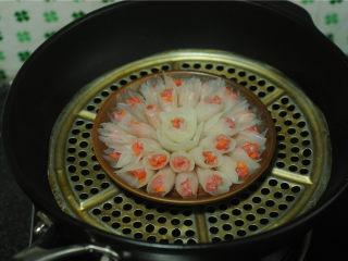 春节吉祥菜——花开富贵百财牛肉卷,盘子放在蒸锅上