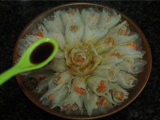 春节吉祥菜——花开富贵百财牛肉卷,淋在白菜卷上,撒上葱花即可