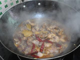 红烧兔肉,翻炒均匀后,盖上锅盖焖两分钟
