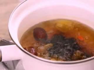 红枣桂香鸡蛋糖水,不用化妆,让你黄气散,红润来,水开后,转中火煮8分钟,加入姜片、红糖,中火再煮5分钟