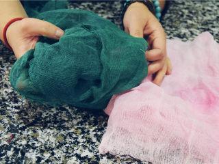 省时省钱省力——快手背景布,晾干后的背景布会比较硬,因为好像又被挂上了浆一样。而且颜色越深,也就越硬,染色越浅,也就越软。