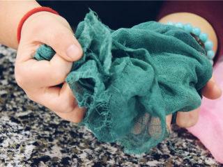 省时省钱省力——快手背景布,将背景布进行回软,反复揉搓。不需要水,直接揉搓。
