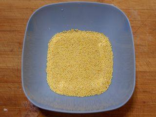 宝宝辅食—大黄米猪肉丸,大黄米淘洗干净。