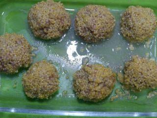 宝宝辅食—大黄米猪肉丸,蒸好的肉丸取出。