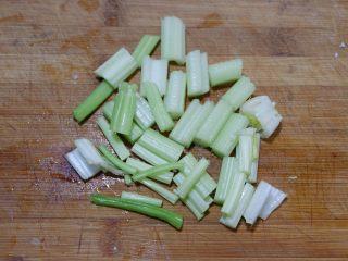 宝宝辅食—大黄米猪肉丸,将芹菜切成小段
