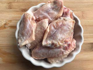 可乐鸡翅(懒人版),鸡中翅洗净刮两刀。备用。