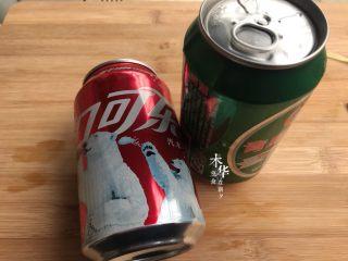 可乐鸡翅(懒人版),准备好啤酒和可乐。