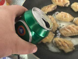可乐鸡翅(懒人版),鸡翅两面都煎至金黄色后,倒入少量啤酒。