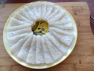皮冻,把切好的皮冻摆在盘里