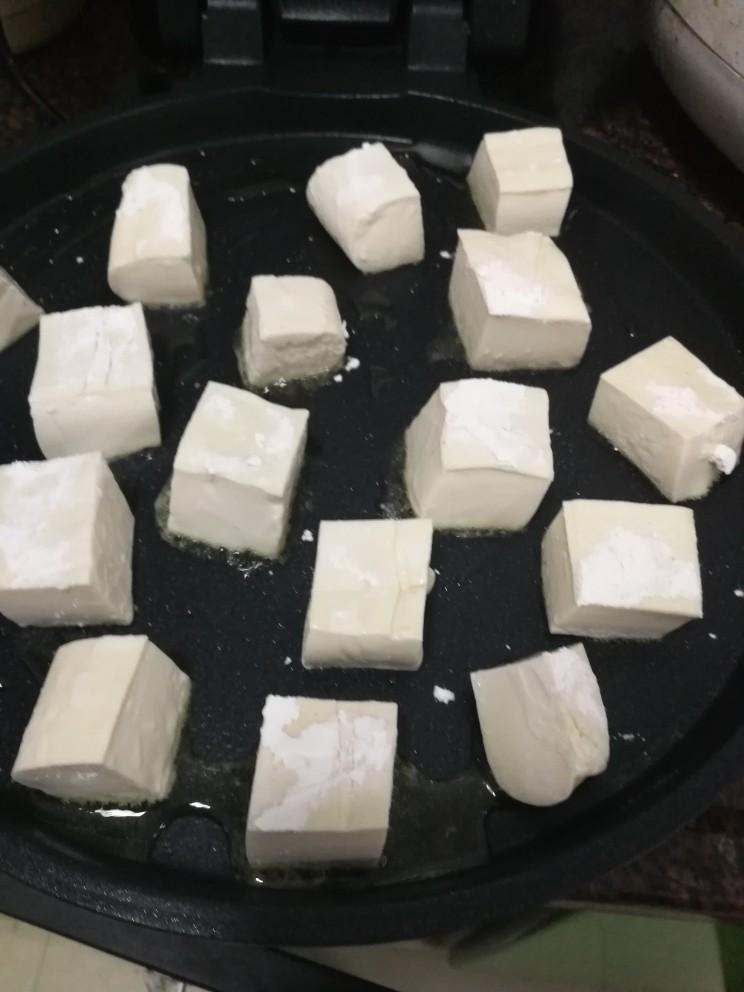 茄汁豆腐,放入不粘锅里慢慢煎