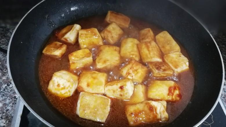 茄汁豆腐,倒入调好的水淀粉,中火煮片刻