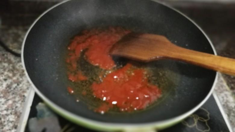 茄汁豆腐,锅里放油,烧热后放入约2大勺的<a style='color:red;display:inline-block;' href='/shicai/ 699'>番茄酱</a>炒出红油