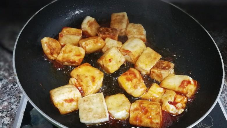 茄汁豆腐,放入豆腐,轻轻拌炒均匀,防止暴力翻炒把豆腐弄碎了
