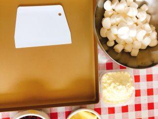 棉花糖版牛轧糖,如果棉花糖是大颗装的,提前剪/切小粒。 同时准备好不沾金盘,不粘锅,和硬质刮板备用。