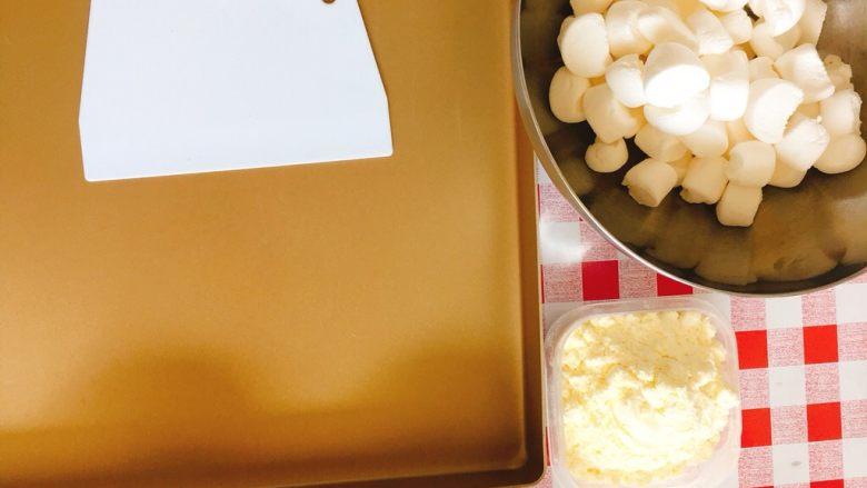 棉花糖版牛轧糖,如果<a style='color:red;display:inline-block;' href='/shicai/ 6083'>棉花糖</a>是大颗装的,提前剪/切小粒。 同时准备好不沾金盘,不粘锅,和硬质刮板备用。