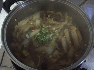 牛肉大白菜粉丝,加适量和胡椒粉调味,撒上葱花,
