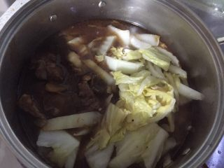牛肉大白菜粉丝,取汤锅,放适量牛肉汤,放入炒软的白菜,大火烧开转中小火煮至白菜软烂