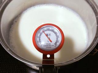姜汁撞奶,牛奶+糖一起加热,搅拌,使糖溶解。