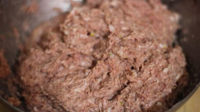 午餐肉,将调好的猪肉泥顺着一个方向用力搅拌上劲