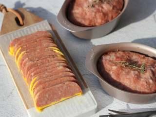 午餐肉,如果喜欢吃加蛋黄的,就在临出锅的最后五分钟里,在午餐肉的表面刷一层厚厚的蛋黄,继续蒸五分钟即可,蒸好的午餐肉晾凉以后切片即可