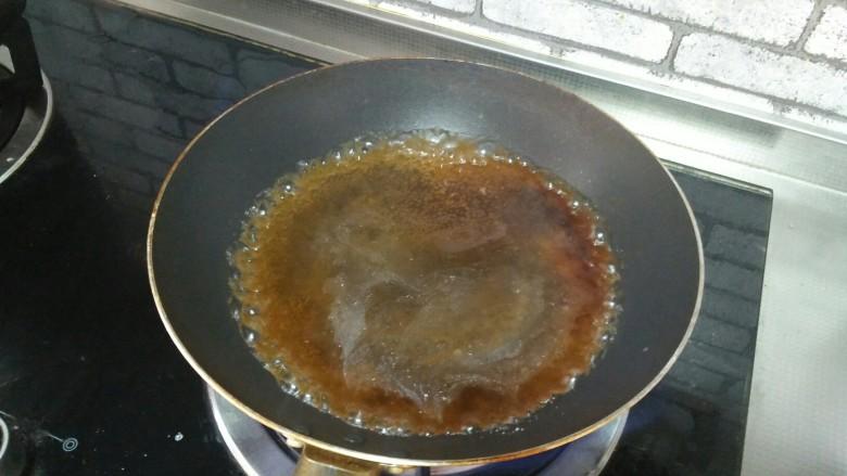 酿冬瓜,蒸完的冬瓜水,倒在锅里,加生抽、盐、水淀粉煮沸腾,倒在蒸熟的冬瓜上