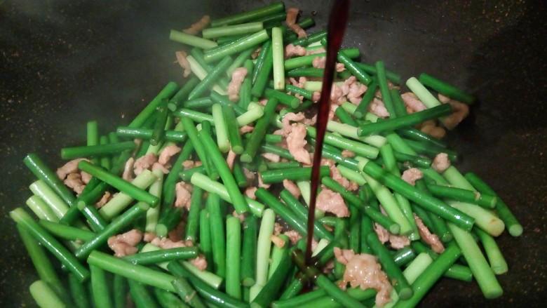 肉夹馍,蒜薹8成熟时,加生抽一勺,盐少许
