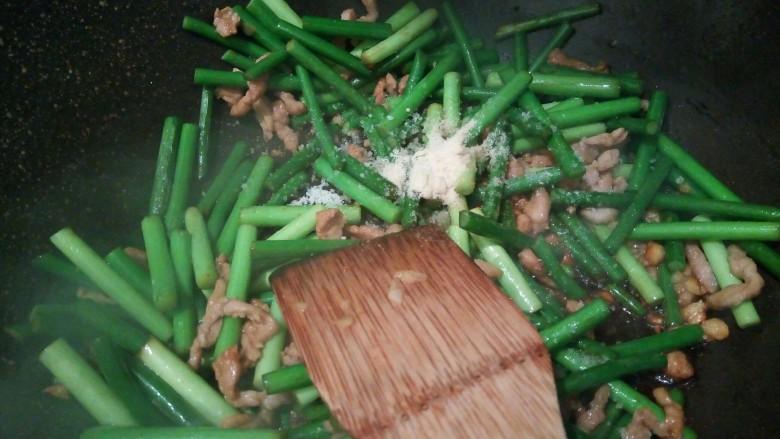 肉夹馍,鸡粉少许,调味即可出锅。