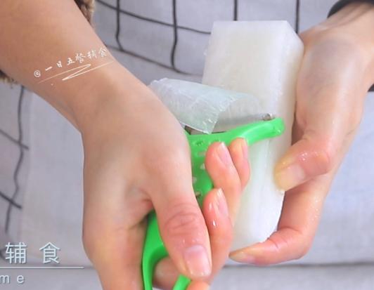 肉末萝卜卷,白萝卜去皮,切成长方形砖头的形状,用削皮刀直接刮出长长的薄片。</p> <p>>>用削皮刀太省事了,直接削出又长又薄的萝卜片,就是家家普通的削皮刀。当然也可以自己切片,原谅我的刀工没这么好。