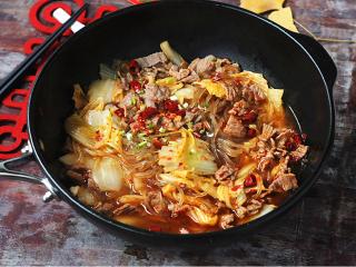 白菜牛肉香锅,连汤带汁倒在白菜上,撒上葱花、辣椒粉、干辣椒,油锅烧热,淋在上面即可