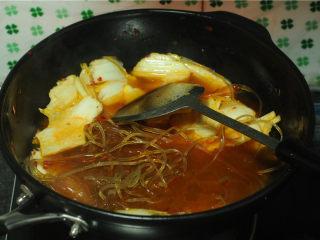 白菜牛肉香锅,倒入没过食材的水