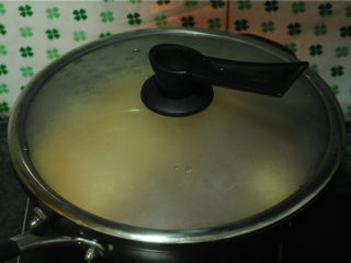 白菜牛肉香锅,盖上盖子,开锅后再煮两分钟,至粉条变软