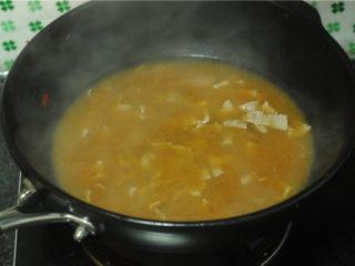 白菜牛肉香锅,腌制好的牛肉片倒入汆烫蔬菜的锅里,用筷子帮助划散,让肉片快速成熟