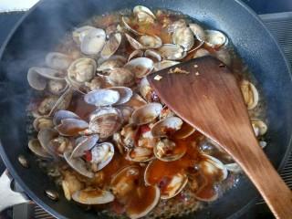 香辣花甲,每一个花甲都蘸上汤汁,倒入提前准备的淀粉水,放鸡精,胡椒粉,收汁。