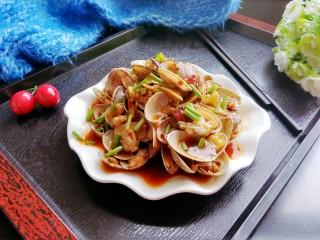 香辣花甲,出锅装盘,撒上香葱,可以美美的享用啦!