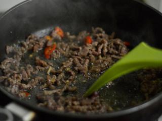 香根牛肉丝,大火划炒至牛肉变色