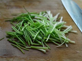 香根牛肉丝,将茎部切段