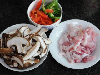 双椒花菇炒肉片,花菇切成片,肉切片,青红椒切斜片