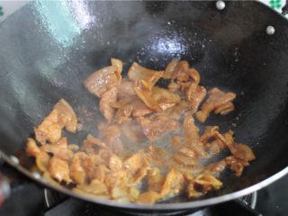 双椒花菇炒肉片,油锅烧热,将腌制好的肉片倒进去,煎炒至微微出油