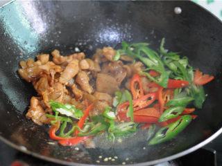 双椒花菇炒肉片,将肉片扒到旁边,放入青红辣椒,稍微翻炒至辣椒变软