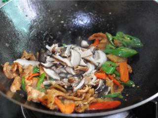 双椒花菇炒肉片,将汆烫好阿德花菇片倒进去一起翻炒至上色。