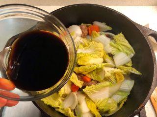 铸铁锅焖蔬菜排骨,加入酱汁。