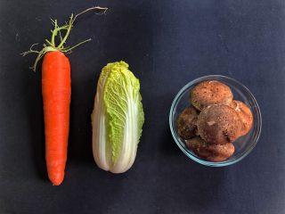 铸铁锅焖蔬菜排骨,准备食材。
